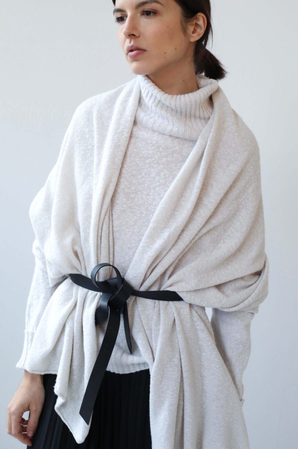 White cashmere scarf with black belt